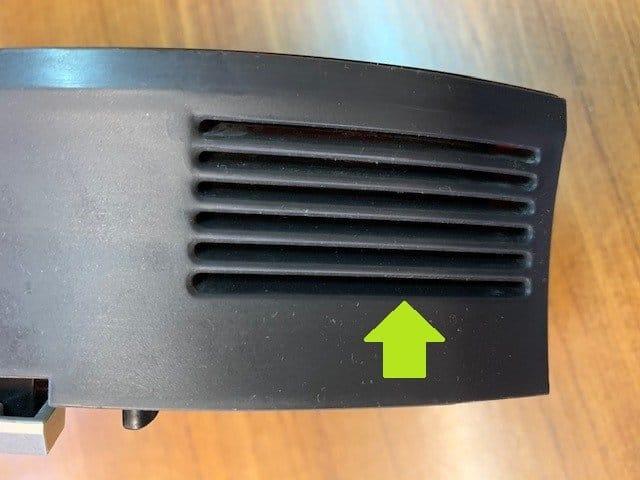 Soplar con un compresor estas rendijas ayuda a limpiar la turbina del depósito de tu roomba